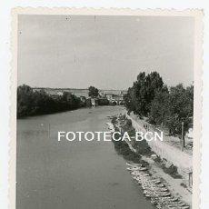 Fotografía antigua: FOTO ORIGINAL VALLADOLID RIO PISUERGA BARCAS AÑO 1961. Lote 176924398