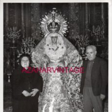 Fotografía antigua: SEMANA SANTA SEVILLA, ANTIGUA FOTOGRAFIA BESAMANOS ESPERANZA MACARENA, 18X24 CMS. Lote 177198259