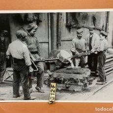 Fotografía antigua: FOTO ARCHIVO IMH BARCELONA FORJADORES MAQUINISTA AB-0545. Lote 177254759