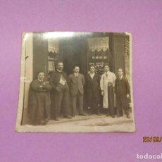 Fotografía antigua: ANTIGUA FOTOGRAFÍA DE RELOJERÍA CON EL DUEÑO Y LOS DEPENDIENTES. Lote 177416929