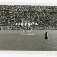 Fotografía antigua: FOTO ORIGINAL ESTADIO FUTBOL FC BARCELONA LES CORTS EXHIBICION GIMNASIA AÑO 1954. Lote 177552140