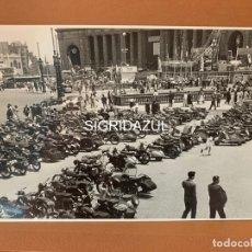 Fotografía antigua: FOTO ORIGINAL FERIA DE BARCELONA 1960 APARCAMIENTO MOTOS VESPA. Lote 177677595