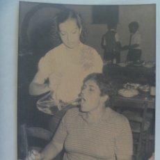 Fotografía antigua: FOTO DE UNA SEÑORA EN UN MESON BEBIENDO DEL PORRON ......... 12 X 18 CM. Lote 177691873