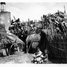Fotografía antigua: FOTOGRAFIA DE UNA CHABOLA RODEADA DE PENKAS Y TRES NIÑOS SENTADOS EN EL SUELO-MALAGA .. Lote 177696665