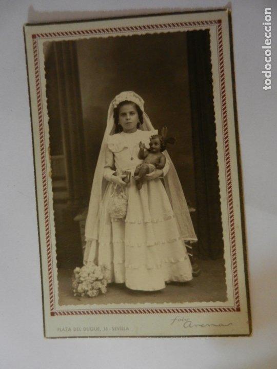 FOTOGRAFÍA CON MARCO DE ESTUDIO ARENAS SEVILLA - NIÑA DE PRIMERA COMUNIÓN - AÑO 1945. (Fotografía Antigua - Fotomecánica)