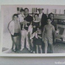 Fotografía antigua: FOTO DE FAMILIA Y SEAT 600 . CHIPIONA, 1969. Lote 178155568