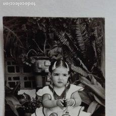 Fotografía antigua: FOTO DE FERIA : NIÑA VESTIDA DE FLAMENCA. EL ARAHAL, 1966. Lote 178237031
