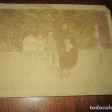 Fotografía antigua: ANTIQUISIMA FOTO MIRANDA BELLEZA CON SUS HIJOS CON TRAJE DE MANTON DE FIESTAS SAN JUANERAS. Lote 178346165