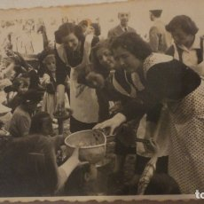 Fotografía antigua: ANTIGUA FOTOGRAFIA.CHICAS REPARTIENDO COMIDA. FOTO SAN ANTONIO.CAZORLA JAEN 1950. Lote 178606247
