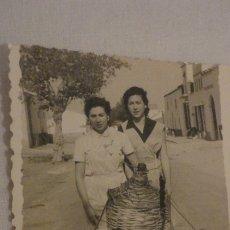 Fotografía antigua: ANTIGUA FOTOGRAFA.CHICAS CON CARRAFAS.DAMAJUANA DE AGUA 1958. Lote 178606496