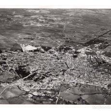 Fotografía antigua: JEREZ DE LA FRONTERA.(CÁDIZ).- FOTO AÉREA DEL PUEBLO. FOTO T.A.F. 24,5X18.. Lote 178661493
