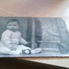 Fotografía antigua: NIÑO PEQUEÑO CON JAULA DE PAJAROS DE NERVA HUELVA TAMAÑO POSTAL. Lote 179071421