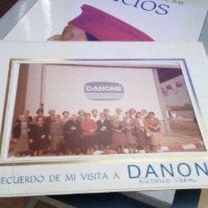 Fotografía antigua: FOTO RECUERDO DE LA VISITA A DANONE . FOTO DE 10 X 15 CM EN UNA CARPETILLA DE LA EMPRESA. Lote 179072547