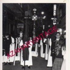 Fotografía antigua: SEMANA SANTA SEVILLA, AÑOS 70, CRUZ DE GUIA DE LA SOLEDAD DE SAN BUENAVENTURA, 88X128MM. Lote 179194247