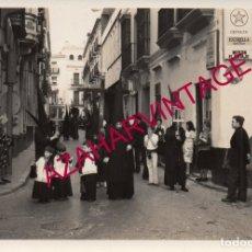 Fotografía antigua: SEMANA SANTA SEVILLA, AÑOS 70, CRUZ DE GUIA DE LOS SERVITAS, 128X88MM. Lote 179194388