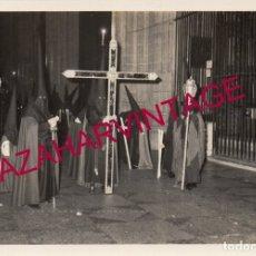 Fotografía antigua: SEMANA SANTA SEVILLA, AÑOS 70, CRUZ DE GUIA DE LOS PANADEROS, 128X88MM. Lote 179194446