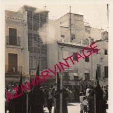 Fotografía antigua: SEMANA SANTA SEVILLA, AÑOS 70, CRUZ DE GUIA DE LA CARRETERIA, 88X128MM. Lote 179194545