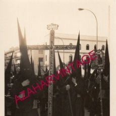 Fotografía antigua: SEMANA SANTA SEVILLA, AÑOS 70, CRUZ DE GUIA DE LAS PENAS DE SAN VICENTE, 88X128MM. Lote 179194632