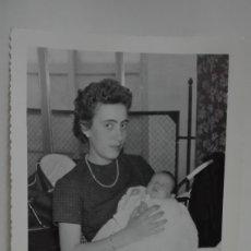 Fotografía antigua: FOTO DE JOVEN MADRE CON BEBE, 1959. DE ENRIQUEZ, SEVILLA. 11,5 X 17,5 CM. Lote 179333548