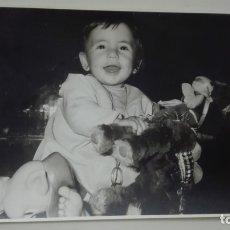 Fotografía antigua: FOTO DE NIÑA CON JUGUETES: BURRITO, ETC ... 12 X 18 CM. Lote 179334395