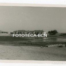 Fotografía antigua: FOTO ORIGINAL CANDASNOS VISTA DE UN EDIFICIO HUESCA AÑO 1952. Lote 179376018