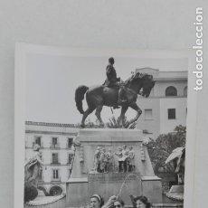 Fotografía antigua: FOTO DE MUJERES ANTE MONUMENTO A PRIMO DE RIVERA. JEREZ DE LA FRONTERA, 1977. Lote 180017968