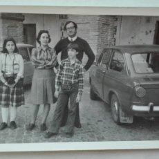 Fotografía antigua: FOTO DE FAMILIA EN CÓRDOBA, COCHE SEAT DE ÉPOCA. Lote 180028407
