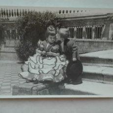 Fotografía antigua: FOTO DE FERIA: NIÑA VESTIDA DE FLAMENCA Y NIÑO BESANDOLA. PLAZA ESPAÑA, SEVILLA. Lote 180039190