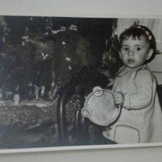Fotografía antigua: FOTO DE NAVIDAD: NIÑA TOCANDO LA PANDERETA ANTE EL BELÉN, 1965. Lote 180039627
