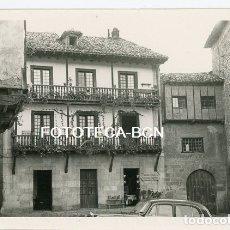 Fotografía antigua: FOTO ORIGINAL SANTILLANA DEL MAR CASA DE LA LOCALIDAD AÑO 1957. Lote 180104991