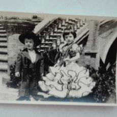 Fotografía antigua: FOTO DE FERIA : NIÑA VESTIDA DE FLAMENCA Y NIÑO CAMPERO. Lote 180105825