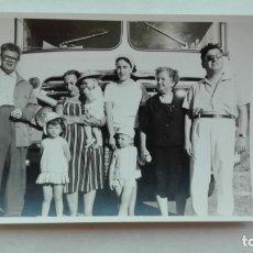 Fotografía antigua: FOTO DE FAMILIA DE EXCURSION A FUENTEBRAVIA, AUTOCAR. 1962. Lote 180115873
