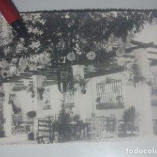 Fotografía antigua: PATIO ENGALANADO CON FAROLILLOS DE PAPEL - ANTIGUA FOTO DE CRISTÓBAL CRUZ - BAEZA, JAÉN. Lote 180208620