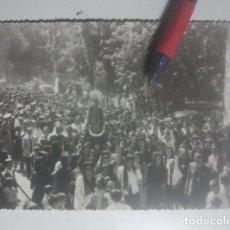 Fotografía antigua: ROMERÍA DE LA YEDRA ( BAEZA, JAÉN ) ESPECTACULAR FOTO - PROCESIÓN DE LA VIRGEN RODEADÍSIMA DE GENTES. Lote 180209005