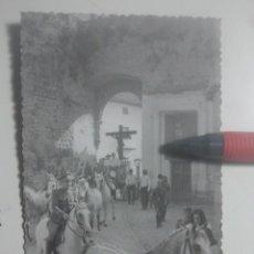 Fotografía antigua: ROMERÍA DE LA YEDRA (BAEZA, JAÉN) A SU PASO POR PUERTA DE GRANADA - BONITA FOTOGRAFÍA, MUY ANIMADA. Lote 180209177