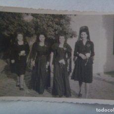 Fotografía antigua: JUEVES SANTO: FOTO DE SEÑORITAS CON PEINETA Y MANTILLA, 1951. Lote 180291332