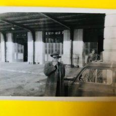Fotografía antigua: ANTIGUA ESTACION DE ATOCHA MADRID ENTRADA MILITAR CABALLERO FUMANDO SOMBRERO COCHE SEISCIENTOS FIAT . Lote 180395766