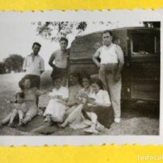 Fotografía antigua: FOTO CASA DE CAMPO GRUPO POSANDO CAMION FURGO PUBLICIDAD NEUMATICOS REPUESTOS DEL CAZ AUTOMOVILES . Lote 180466407