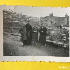 Fotografía antigua: MONASTERIO DE GUADALUPE CACERES ANTIGUA FOTOGRAFIA 1956 MONJE Y MUJERES POSANDO . Lote 180469055