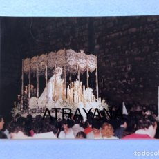 Fotografía antigua: SEMANA SANTA SEVILLA. VIRGEN DE LA PAZ. AÑOS 80. 15 X 20 CM.. Lote 180947170