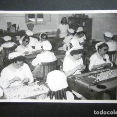 Fotografía antigua: ANTIGUA FOTOGRAFÍA FÁBRICA DE CARAMELOS DE LA ONCE. OPERARIAS ENVOLVIENDO. AÑO 1953, MADRID. . Lote 181546347