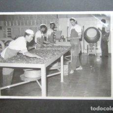 Fotografía antigua: ANTIGUA FOTOGRAFÍA FÁBRICA DE CARAMELOS DE LA ONCE. OPERARIOS HACIENDO CARAMELO. AÑO 1953, MADRID. . Lote 181546456