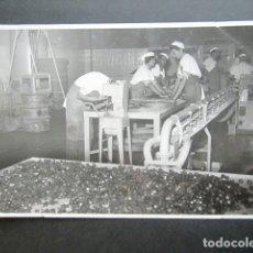 Fotografía antigua: ANTIGUA FOTOGRAFÍA FÁBRICA DE CARAMELOS DE LA ONCE. OPERARIOS HACIENDO CARAMELO. AÑO 1953, MADRID. . Lote 181546472
