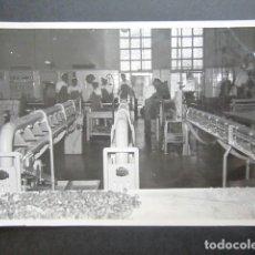 Fotografía antigua: ANTIGUA FOTOGRAFÍA FÁBRICA DE CARAMELOS DE LA ONCE. OPERARIOS HACIENDO CARAMELO. AÑO 1953, MADRID. . Lote 181546501