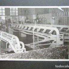 Fotografía antigua: ANTIGUA FOTOGRAFÍA FÁBRICA DE CARAMELOS DE LA ONCE. MÁQUINAS DE LA FÁBRICA. AÑO 1953, MADRID. . Lote 181546541