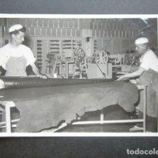 Fotografía antigua: ANTIGUA FOTOGRAFÍA FÁBRICA DE CARAMELOS DE LA ONCE. MANIPULANDO CARAMELO. AÑO 1953, MADRID. . Lote 181546595