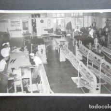 Fotografía antigua: ANTIGUA FOTOGRAFÍA FÁBRICA DE CARAMELOS DE LA ONCE. VISTA INTERIOR DE LA FÁBRICA. AÑO 1953, MADRID. . Lote 181547165