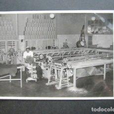 Fotografía antigua: ANTIGUA FOTOGRAFÍA FÁBRICA DE CARAMELOS DE LA ONCE. VISTA INTERIOR DE LA FÁBRICA. AÑO 1953, MADRID. . Lote 181548077