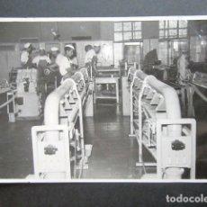 Fotografía antigua: ANTIGUA FOTOGRAFÍA FÁBRICA DE CARAMELOS DE LA ONCE. OPERARIOS HACIENDO CARAMELO. AÑO 1953, MADRID. . Lote 181548138