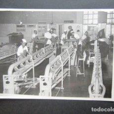 Fotografía antigua: ANTIGUA FOTOGRAFÍA FÁBRICA DE CARAMELOS DE LA ONCE. OPERARIOS HACIENDO CARAMELO. AÑO 1953, MADRID.. Lote 181548262